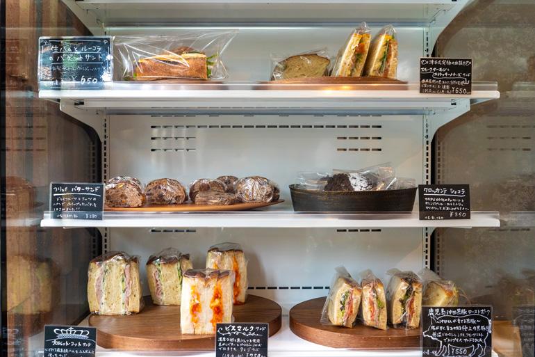 冷蔵ケースに並ぶサンドイッチ
