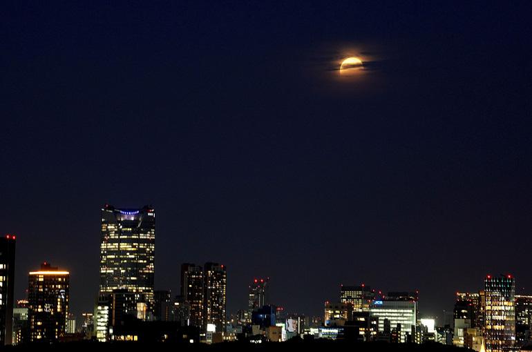 夜景と部分月食(2021年5月26日) 撮影・篠原ともえ