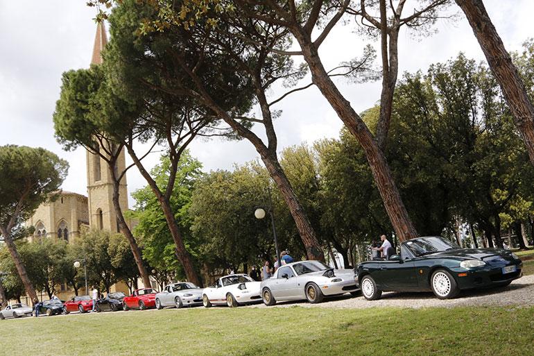 イタリア・トスカーナ州のアレッツォ大聖堂横に並んだ参加車たち