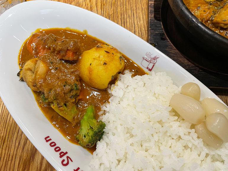 大きくカットされたジャガイモ、ニンジン、ブロッコリーの入った「インド風チキン野菜カレー