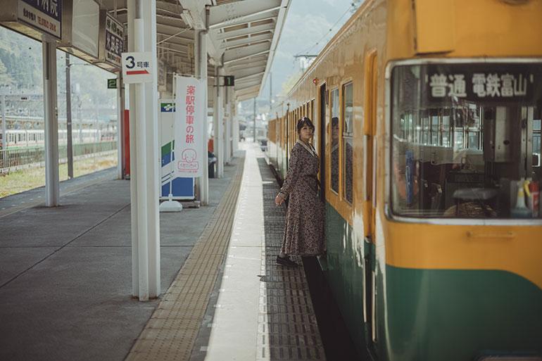 富山地方鉄道を走る黄色い電車がかわいい。なぜか電車を見るとワクワクして撮影してしまう