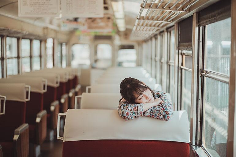 電車の中に入ると赤いシートが素敵でついつい写真を撮ってしまう。電車や駅のホーム、線路を走り去る電車。いつまでも撮影できる