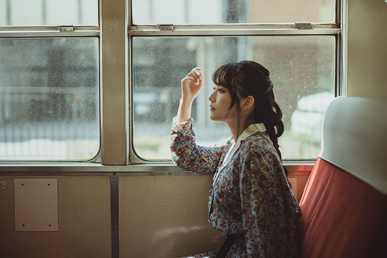 モデルさんに座ってもらい、旅情緒の雰囲気のある写真に