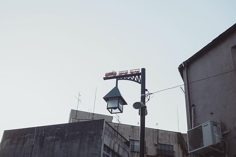 街を歩いていると、街灯の上にトロッコ電車が? かわいいですね。こういう瞬間を撮れる、撮りたくなるのも写真旅の良いところ。普段意識していないものが見え、視野を広げてくれる