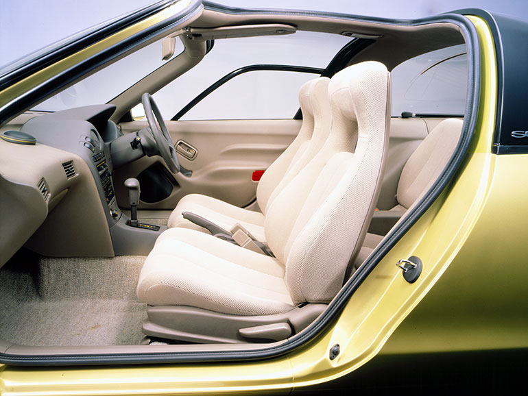 ソフトな座り心地のハイバックシート装備