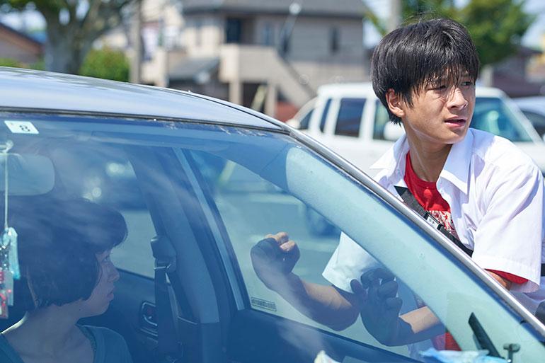 ケイ(片山友希さん・左)と良子の息子・純平(和田庵さん)