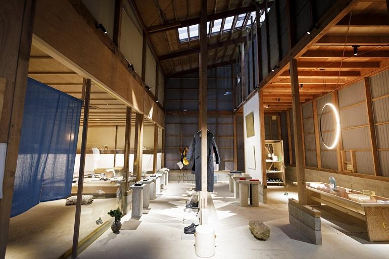 木材倉庫を改装した空間。向かって左半分が履物をオーダーする「履物関づか」、左半分がギャラリー「岩倉AA」