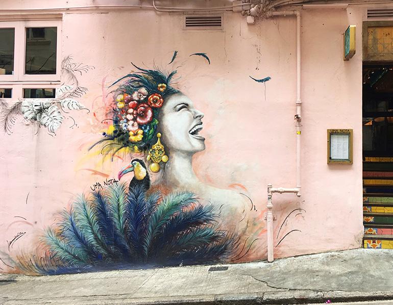 レストランの壁を彩るウォールアート