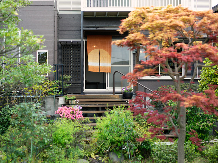 美しい庭に面した「草径庵」の入り口