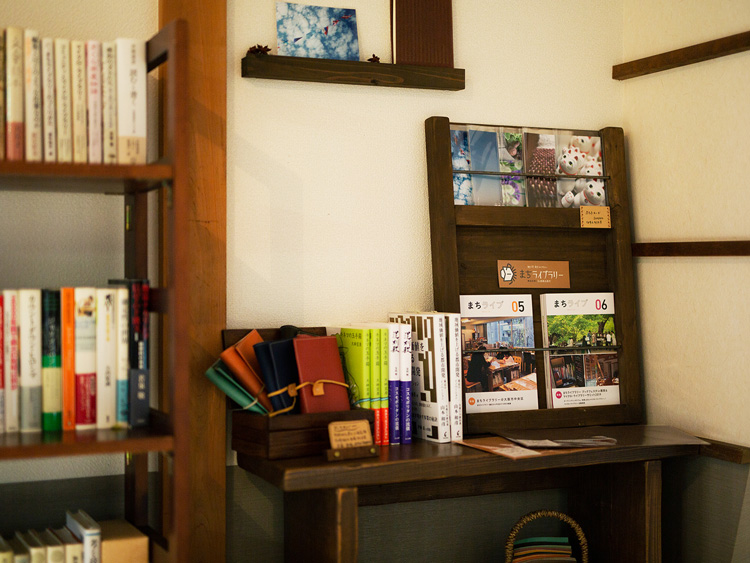 小さな物販コーナー。ハンドメイドのブックカバーや、安木さんがライターとして関わっている本や雑誌などを並べている