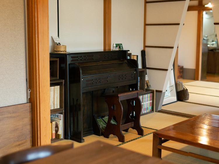 店内の家具などは、もともと安木さんの実家にあったものがほとんど
