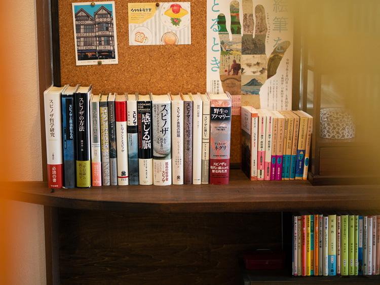 安木さんが好きなスピノザの本を集めたコーナー