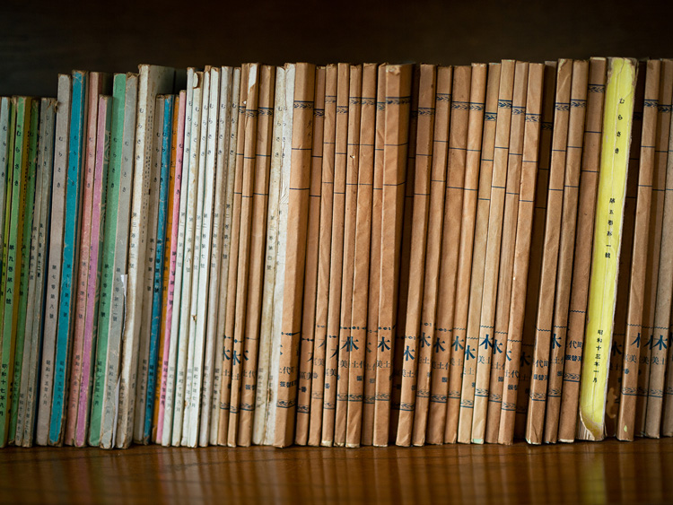昭和9(1934)年創刊の月刊女性文芸誌「むらさき」。大叔母が持っていたものを譲り受けた。ここには昭和10(1935)年から18(1943)年4月分まである。かなり貴重なもの