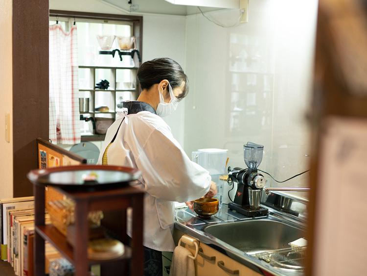 着物姿でキッチンに立ち、抹茶を点(た)てる安木さん