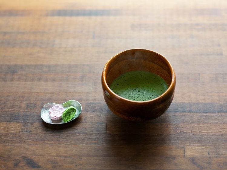菓子付きの香り高い「抹茶」(600円、税込み)