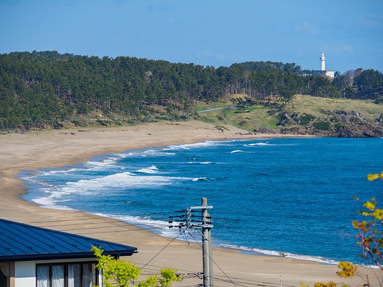 陸奥白浜駅から見えた、大須賀海岸と鮫角灯台。ちなみに、海岸の南側、陸奥白浜駅に近いエリアには白浜海水浴場 がある(2017年5月撮影)