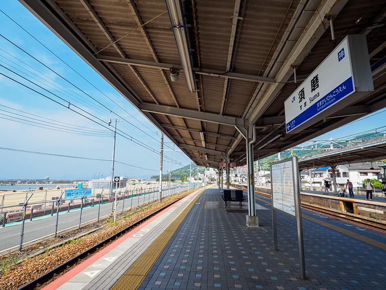 写真左手、駅の南側はもう須磨海水浴場だ