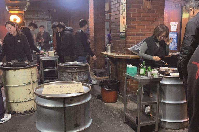 ドラム缶の上で焼き肉を楽しむ「ヨンナムソ食堂」