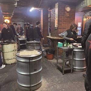ドラム缶の上で肉を焼くヨンナムソ食堂