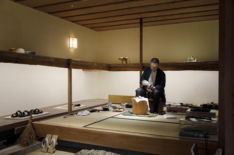 畳の小上がりが関塚さんの作業場。鼻緒に手を入れてフィット具合を確かめることで履き心地のよい草履に