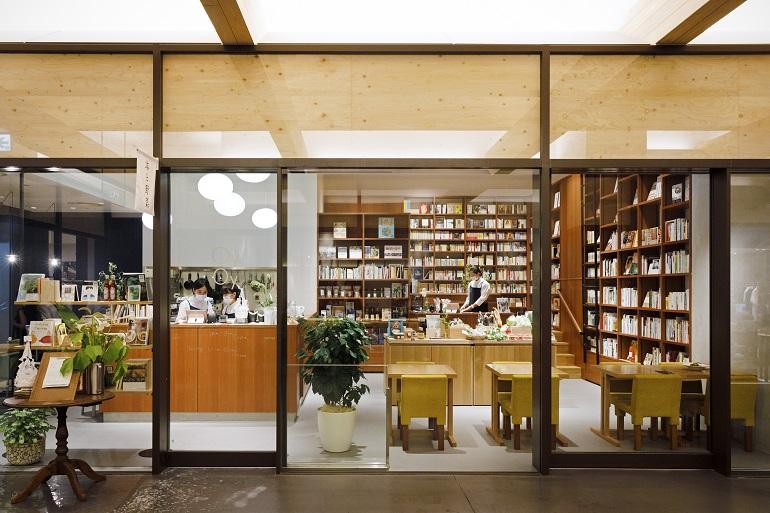 新風館1Fのガラス張りの空間。中央のテーブルには、その日届いた季節の野菜がずらり