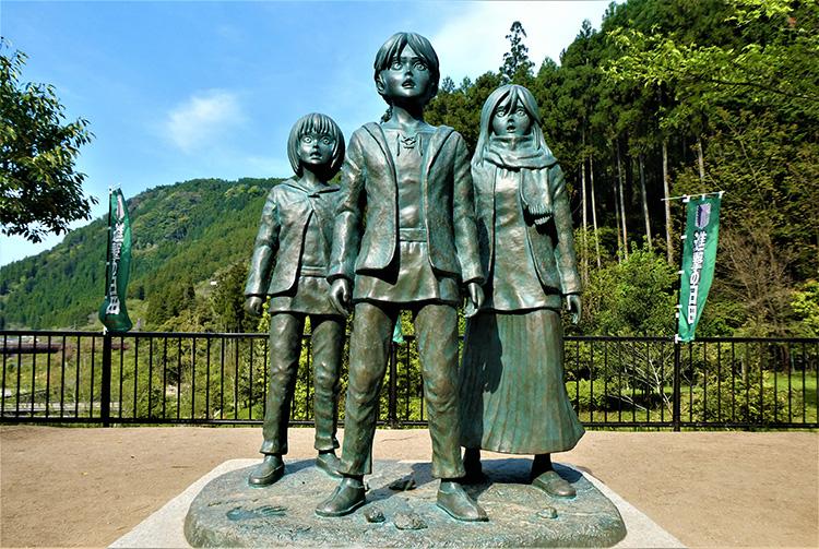 アルミン、エレン、ミカサの像。漫画から飛び出してきたかのようです