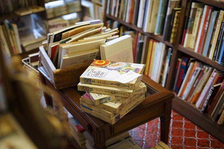 アートブックや文学から、料理本、エッセー、『暮しの手帖』『オリーブ』などの古雑誌まで多彩