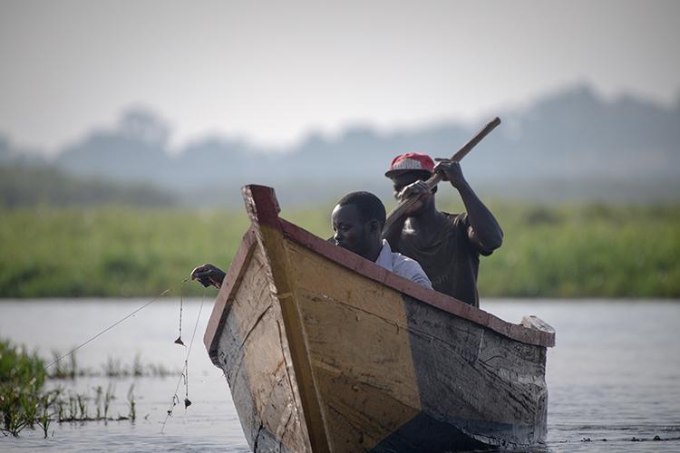 船に乗った漁師