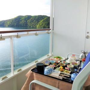 ベランダで朝食。舞鶴湾の絶景が目の前に迫る