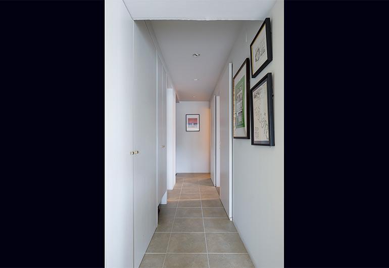 プレーンな白を基調とした廊下にはそれぞれの部屋の色がほんのり反射する