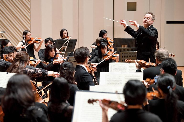 ジョナサン・ノットの指揮で演奏する東京交響楽団(2019年)