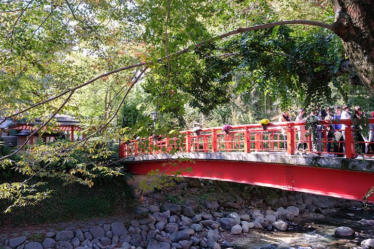 修善寺温泉街には赤い橋がいくつかある。カップル橋とも呼ばれているようで縁起が良いとか。朱色の橋の下を流れる川の音が心地よく、無意識のうちにカメラを向けた