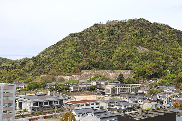 山上と山麓、両方に石垣が残る
