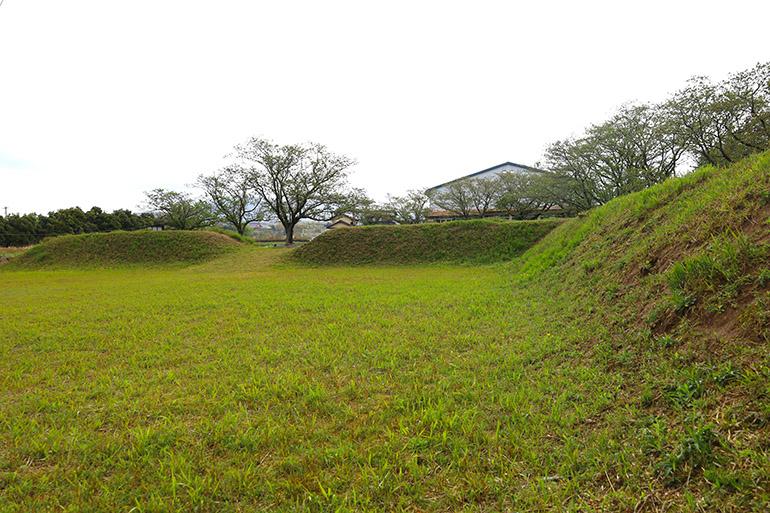南大首郭の土塁。南側には堀が確認されている