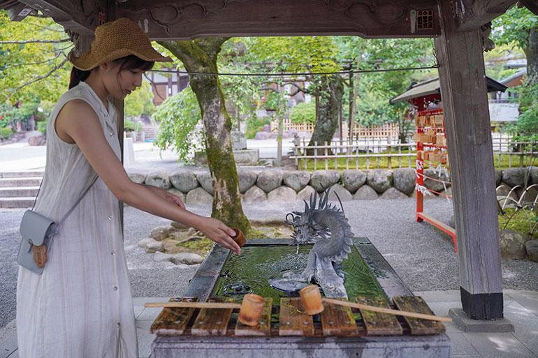 修善寺の境内はそこそこ広く、参拝する人や椅子に座ってのんびり過ごしている人を見かけた。我々も手水(ちょうず)で清め参拝へ。とても清々(すがすが)しい気持ちになった