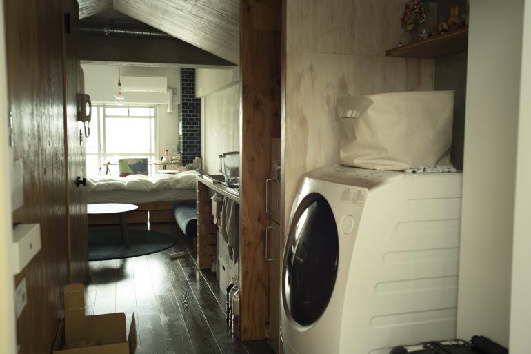 玄関から居室をのぞむ。リノベ済みの賃貸に入居