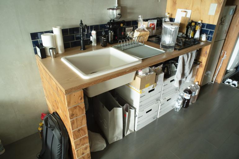 料理の際はシンク右横の食器カゴをどかして作業する