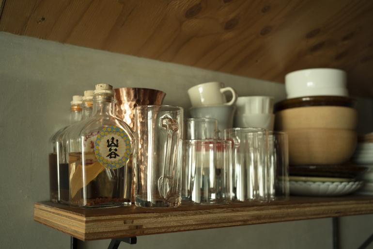 シンク上の造作棚。山谷酒場という居酒屋のスパイス酒キットでオリジナルサワーを作っている