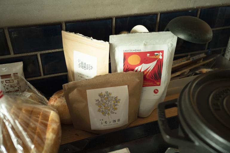 コーヒー豆各種。いただきものも多い。朝は必ず飲む