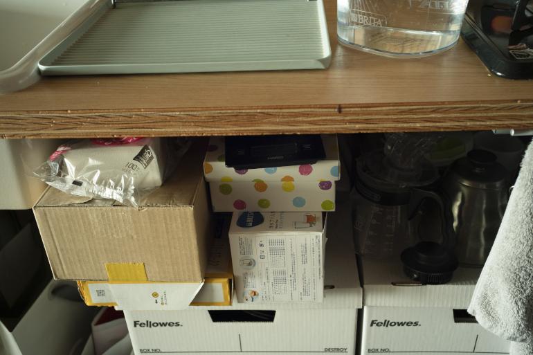 シンク下。あまり使わない調理器具は箱に。すぐ越せるよう家具は買わない