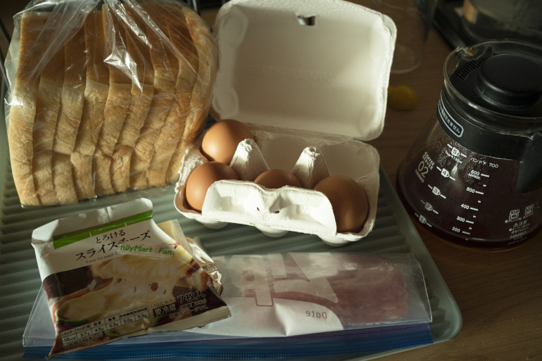 昔から早朝起床派。7時にフライパンで焼いたベーコンエッグを、チーズトーストで挟んで朝食に