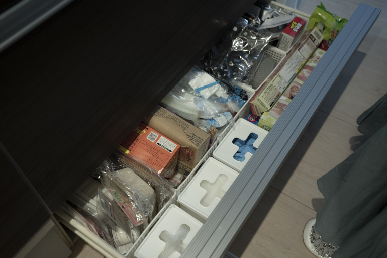 大型のシステムキッチンに惹(ひ)かれた。足元の収納には、排水溝ネットやビニール手袋、クッキングシートを