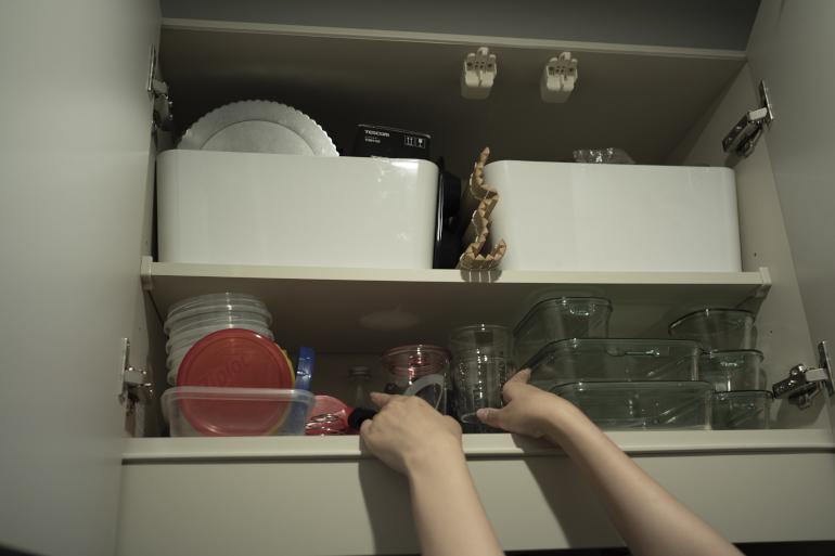 吊(つ)り戸棚。左上は製菓道具。右上は空き瓶や保存容器を収納