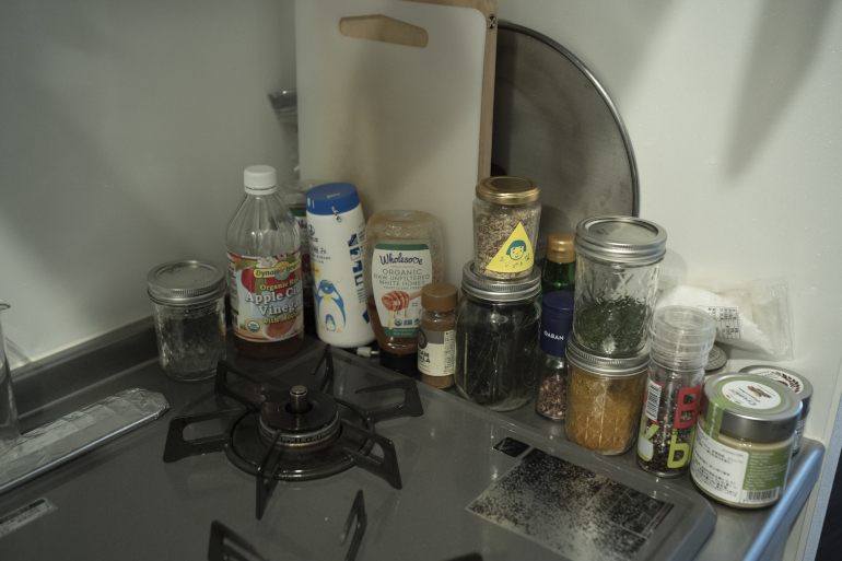 オイル以外の調味料はここと冷蔵庫に