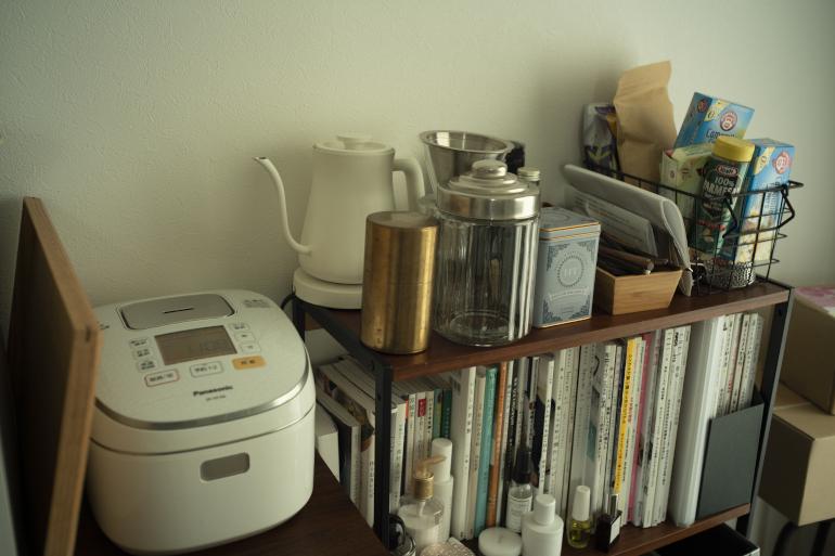 台所に入り切らないものが居室にも。「一時期コーヒーにハマりました」。後方の白いポットはバーミキュラ