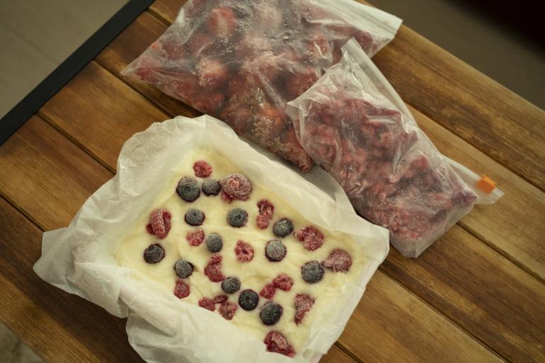 ラズベリーといちごで作るヨーグルトアイス。砕いて少しずつ食べるヘルシーなおやつ