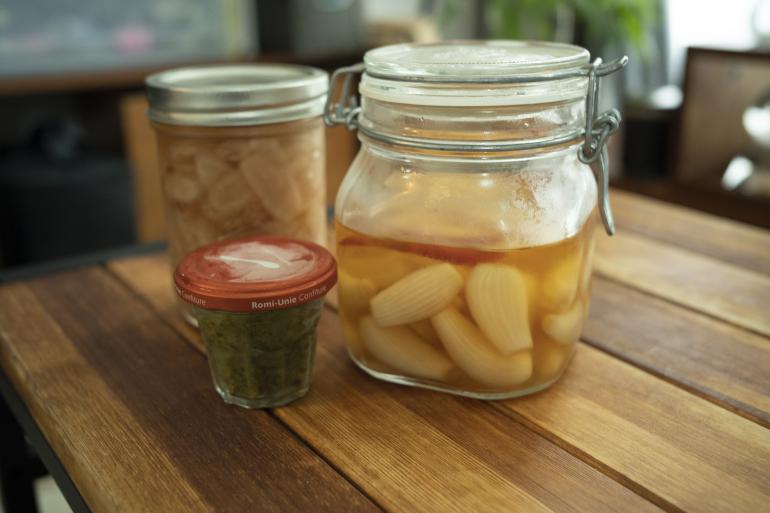 (左から)新ショウガの酢漬け、柚子胡椒、らっきょう。すべて自作