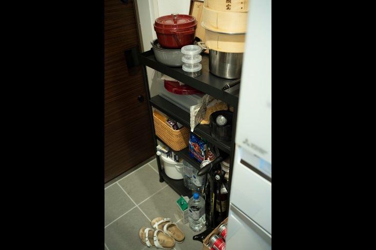 かさばる調理道具や水、ワインのストックは玄関脇が定位置