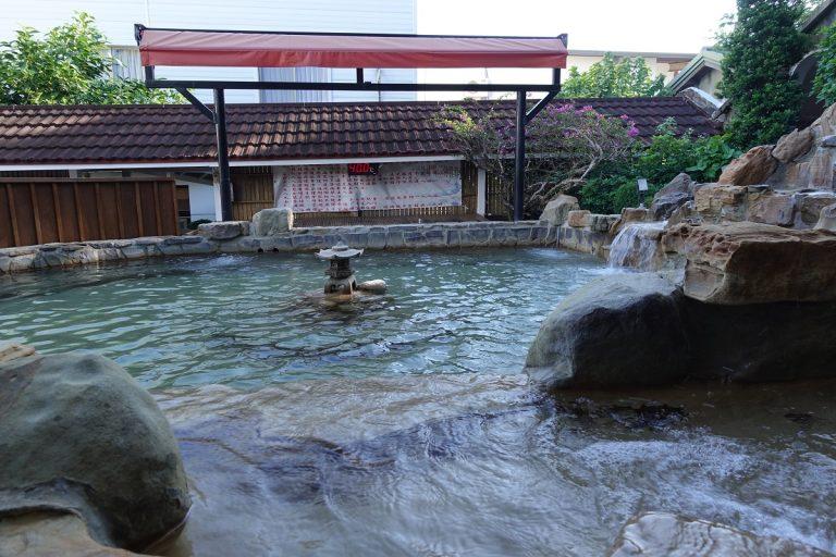 温泉が滝のように流れ落ちる岩風呂=四重渓温泉「清泉日式温泉旅館」