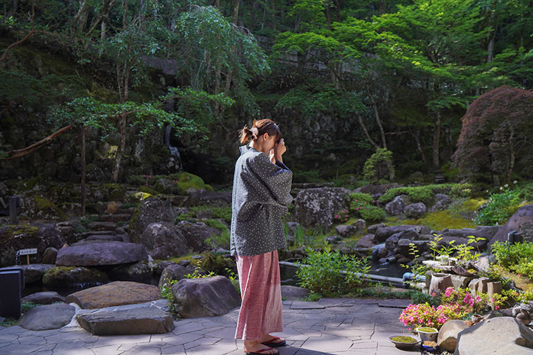修善寺温泉に行くといつも泊まるのが「宙-SORA-」という宿。敷地がすごく広くてゆったりと過ごせる。料理がおいしく、部屋も広めで寛(くつろ)げる。疲れた体を癒やすには温泉と宿は外せない。浴衣姿を見ると、つい撮りたくなるのが写真家の性(?)だ